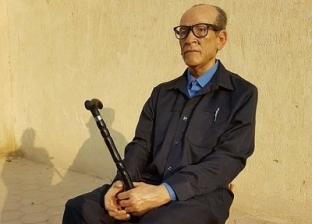 نحات يصنع تمثالاً لـ«نجيب محفوظ» فى شهر ونص: أهم حاجة التفاصيل