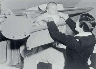 كيف كان يسافر الرضع في الطائرات القرن الماضي؟