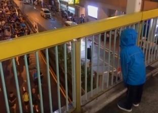 فيديو.. طفل يهتف للمتظاهرين أعلى جسر في هونج كونج