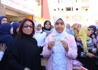 «القومي للمرأة» بالسويس يوزع بطاقات الرقم القومي للطالبات غير القادرات