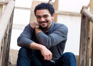 """آسر ياسين يرد على تعليق """"صلاح"""" عن فيلم تراب الماس: عزومة قصاد تي شيرت"""