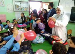 هدايا وأغاني وطنية لتلاميذ رياض الأطفال بكفر الشيخ في أول أيام الدراسة