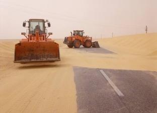 """""""طرق الوادي الجديد"""" تزيل الرمال والكثبان من جوانب الطرق الرئيسية"""