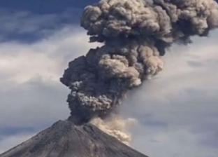 بالفيديو| بركان مكسيكي يرسل أعمدة من الرماد في انفجار قوي