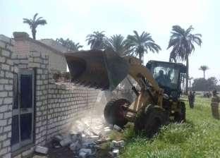 إزالة 12حالة تعد بالبناء على الزراعات في مركز العدوة