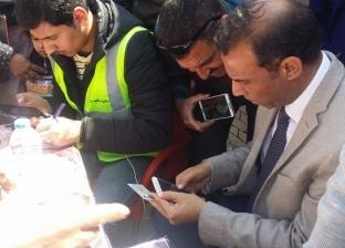 رئيس حي العجمي يساعد المواطنين على الوصول إلى لجانهم الانتخابية