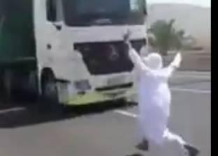 بالفيديو  رغبة في الشهرة.. متهور يقفز أمام شاحنة مسرعة