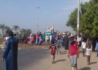 أهالي قرية بقنا يقطعون الطريق الزراعي احتجاجا على تغيب طفل