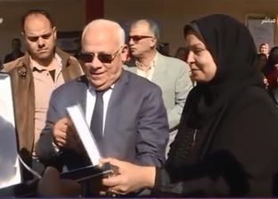 والدة شهيد توجه الشكر للسيسي لإطلاق اسم ابنها على مدرسة ببورسعيد