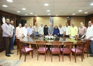 محافظ كفر الشيخ يسلم 14 عقد تقنين أراضي أملاك الدولة للمواطنين