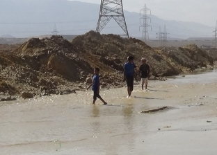بالصور| حصار مياه السيول بالعين السخنة في السويس