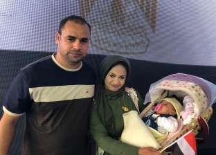 أسرة تصطحب طفلها الرضيع للمشاركة في الاستفتاء بالكويت