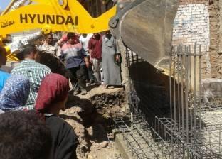 بالصور| إزالة مبنى من المهد في حملة لفريق العمل الميداني بمركز طلخا بالدقهلية