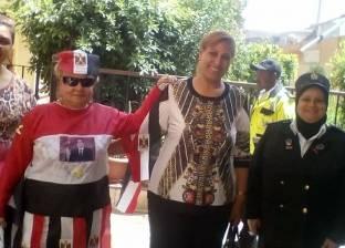 """ناخبة بالأقصر ترتدي """"علم مصر وصورة السيسي"""" خلال تصويتها في الانتخابات"""