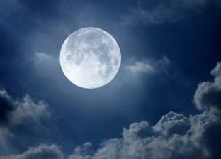 """الليلة.. القمر يقترب من """"نبتون"""" وظهور """"فم الحوت"""" في السماء"""