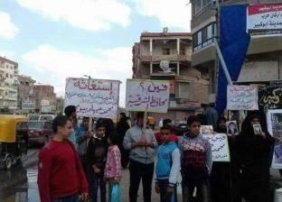 """أهالي طفل توفي بمستشفى أبوكبير بالشرقية يستقبلون وزير الإسكان بلافتات """"حق محمد فين"""""""