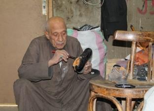 «عم محمد» يعيد تدوير الأحذية البالية بالورنيش الأسود: دارى العيوب داريها