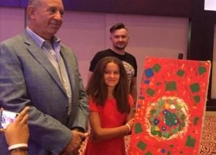 محافظ البحر الأحمر يكرم أصغر فنانة تشكيلية في كرنفال الغردقة الدولي