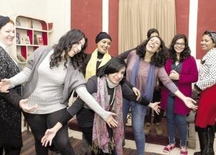 «يوجا الضحك» لعلاج اللاجئات وضحايا التحرش وكبار السن