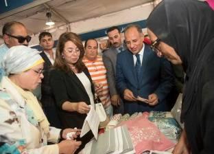 وزيرة التضامن تشيد بمنتجات العامرية للمنسوجات.. وبائعة: قطن مصري 100%