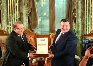 حسن راتب يُهدي قلادة جامعة سيناء إلى أسامة هيكل