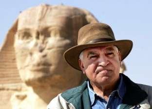 زاهي حواس يهدي قبعته لرئيس الوزراء خلال إزاحة الستار عن تمثال رمسيس