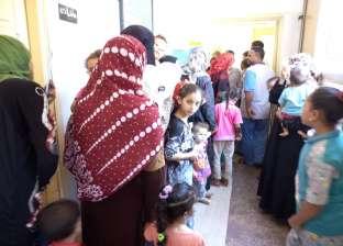 منافذ لبيع الحقائب مدرسية وتوزيع المساعدات في قرية زهرة