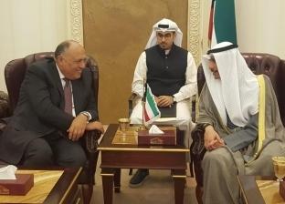 شكري يتسلم من الغانم نسخة من الدستور الكويتي المستمد من الدستور المصري