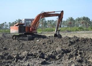 رئيس مدينة بلطيم يتابع أعمال نقل الرمال لردم المستنقعات بملاحة منيسي