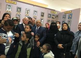 وزير التنمية المحلية يصافح أهالي شهداء بورسعيد وينقل تحيات الرئيس لهم