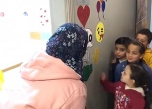 """بالفيديو  أكاديمية تستخدم طرق """"الحضن والقبلة"""" في السلام على المدرسين"""