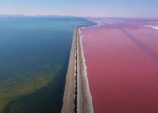 بالصور| ظاهرة طبيعية تلون بحيرة بالأزرق والأحمر في ولاية أمريكية