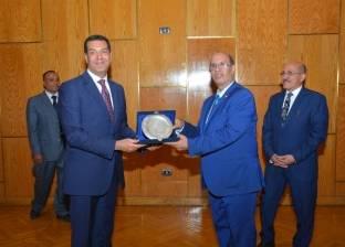 بالصور  محافظ أسيوط يكرم رئيس الجامعة ونائبه