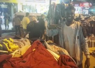 """""""ياسين"""" طالب إفريقي يبيع على فرش بالإسكندرية: """"الشباب بيتكسف من الشغل"""""""