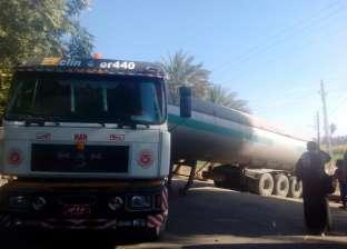 """انزلاق سيارة لشحن غاز """"البوتاجاز"""" الخام عن طريق إدفو في أسوان"""