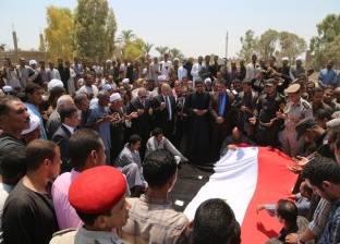 """محافظ قنا يتقدم الجنازة العسكرية لشهيد الشرطة في """"أبو تشت"""""""
