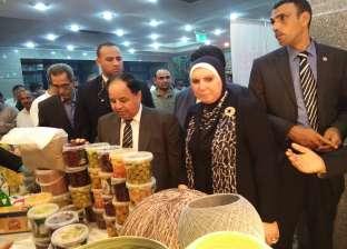وزير المالية يتفقد معرض منتجات المشروعات الصغيرة في منيا القمح