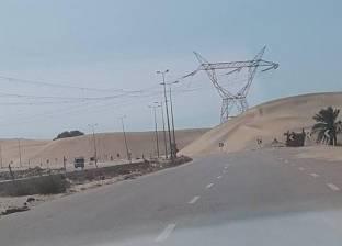 بالصور| الكثبان الرملية في البرلس تزحف على الطريق الدولي الساحلي وتتسبب في وقوع حوادث