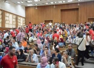 """عميدة """"آداب عين شمس"""" تتفقد فعاليات تنسيق الأقسام بالكلية للطلاب الجدد"""