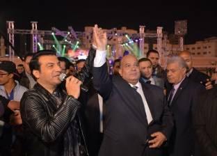 """في حفل """"العيد القومي"""".. محافظ الدقهلية يطالب إيهاب توفيق بغناء """"تسلم الأيادي"""""""