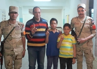 """""""عبد الرحمن"""" تلميذ الابتدائية يصطحب أسرته للتصويت ببنها"""
