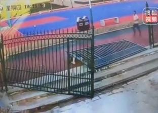 بالفيديو| سقوط بوابة وزنها 300 كيلو جرام على حارس أمن