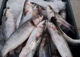 معاقبة موظفين بإجبارهم على أكل أسماك حية
