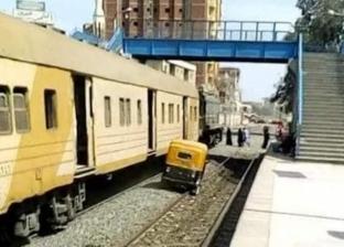 «توك توك» يسابق قطار على القضبان في الشرقية «صور»