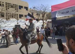 """""""رقص بالخيل ومزمار"""".. المواطنون يشاركون في الاستفتاء بـ6 أكتوبر"""