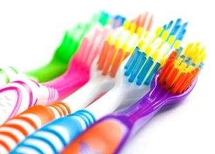 تسبب أمراض مستعصية.. تحذيرات حول فرشاة الأسنان