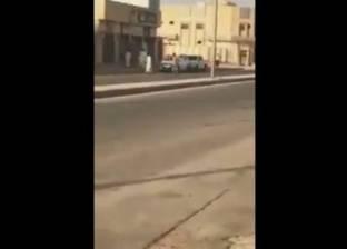 بالفيديو| سعودي يهدد وافدا بسلاح في الطريق العام