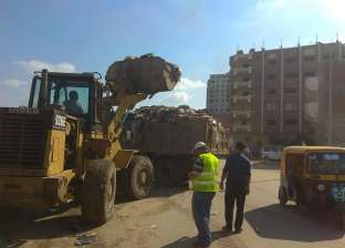 بالصور  الرصد البيئي ترفع مخلفات الطريق بحي منتزه أول في الإسكندرية