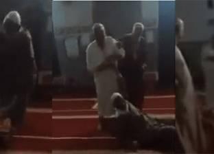 بالفيديو| مشاجرة بين مصلين أثناء صلاة الفجر