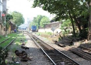 بالفيديو| معجزة.. قطار يمر فوق جسد هندي مخمور ولا يصيبه بأذى